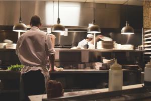 Prosta delovna mesta v kuhinji in strežbi